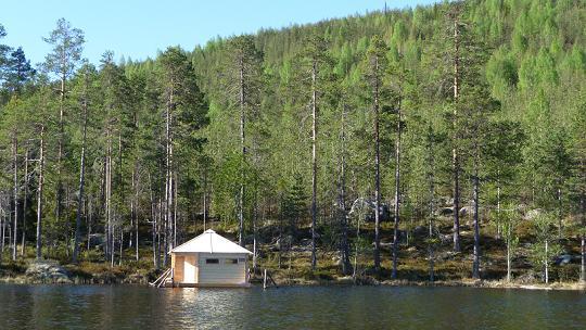 Observatiehut in Zweden op het water en voor een voederplek