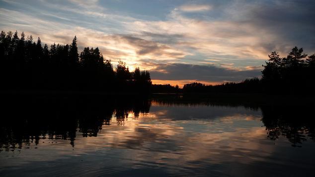 Onergaande zon vanuit de kano vlakbij een Beverburcht